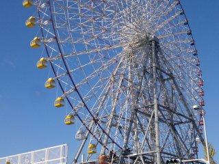 Khi bạn rời khỏi Ga Osakako, bạn đã có thể nhìn thấy bánh xe.