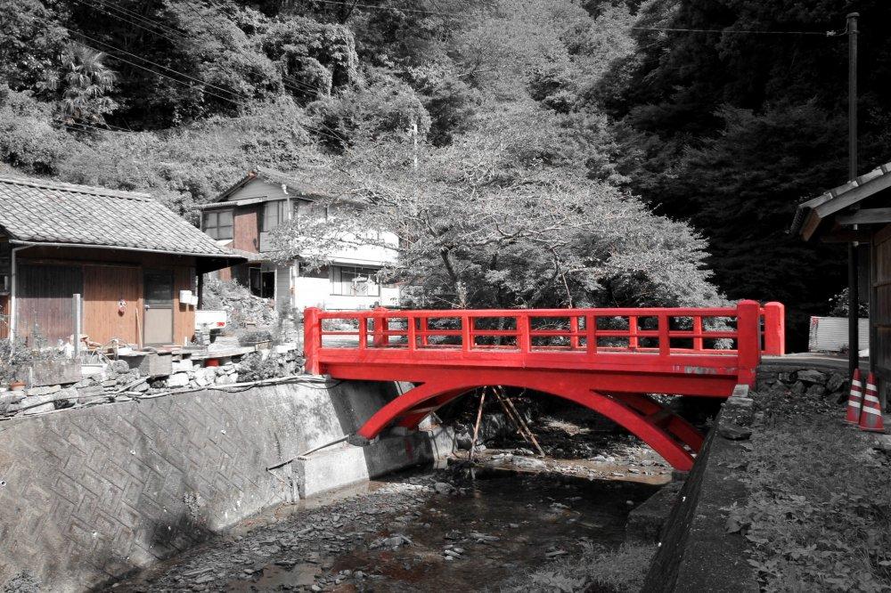 Le très beau pont en bois menant au début du sentier