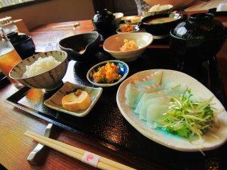 Spécialité de la région de Ehime : le tai ochazuke (鯛茶漬け, riz au thé accompagné de sashimi de daurade)