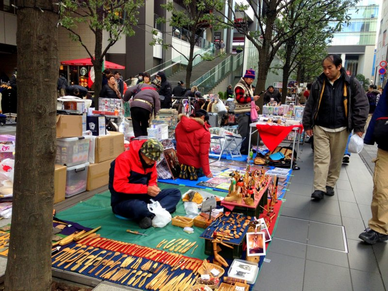 <p>Several vendors possess artistic skills, crafting wooden accessories as souvenir items</p>