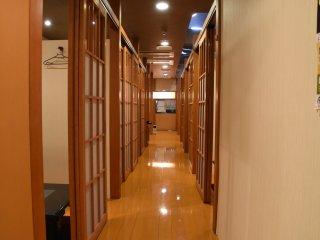 廊下の両側に個室が並ぶ