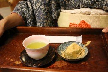 <p>Green tea and kuzu mochi set</p>