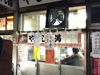 Yajima is a tiny shop located inside the Tsukiji fish market in Building 8.