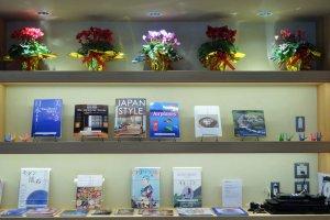 ศูนย์บริการข้อมูลการท่องเที่ยวเมืองโอะตะแห่งนี้มีหนังสือมากมายไว้ให้อ่าน