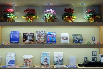 <p>ศูนย์บริการข้อมูลการท่องเที่ยวเมืองโอะตะแห่งนี้มีหนังสือมากมายไว้ให้อ่าน</p>