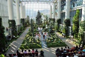 Pengunjung kadangkala bisa menikmati pertunjukan musikal Natal oleh anak-anak Jepang yang berbakat.