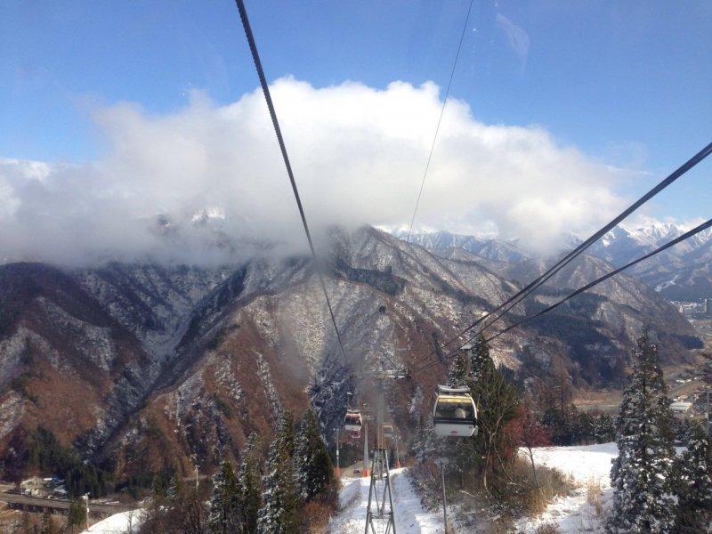 <p>เรานั่งกอนโดล่าขึ้นไปยังลานหิมะซึ่งสูง 800 เมตรจากระดับน้ำทะเล</p>