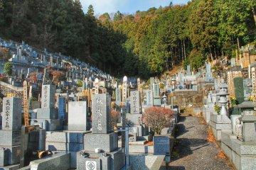 При храме Байган находится огромное кладбище, уходящее вверх на холм