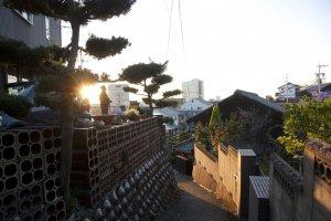 บ้านหลังต่างๆ ในชุมชนก็ให้ความร่วมมือสร้างเอกลักษณ์กำแพงเครื่องปั้นดินเผานี้เป็นอย่างดีด้วย