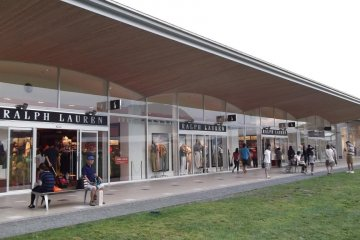 <p>Most of the shops, like these in the Garden Mall, are in the open air rather than enclosed</p>