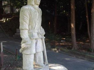 Uma estátua num dos portões