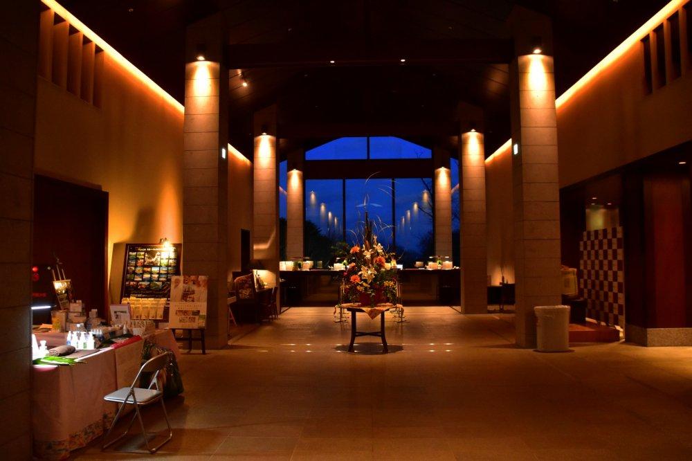 幻想的な夜のホテルロビー