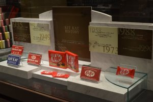 ตู้ด้านข้างจะแสดงถึงประวัติความเป็นมาของ KitKat ในแต่ละยุคสมัย