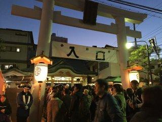 Many people come to Ebisu shrine on 10th January.