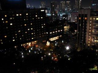 Ánh sáng Giáng sinh trong khu vườn của khách sạn được nhìn từ ban công phòng khách