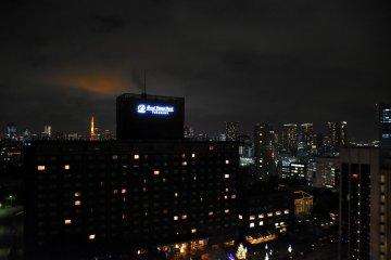 이날 도쿄타워가 밤하늘을 붉게 물들이고 있었다
