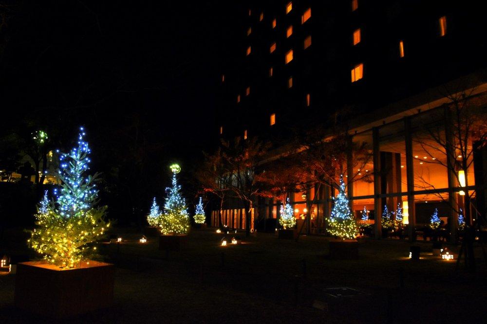Ánh sáng Giáng sinh tại khách sạn hoàng tử New Takanawa tuyệt đẹp. Tòa nhà bên phải là khách sạn hoàng tử Takanawa