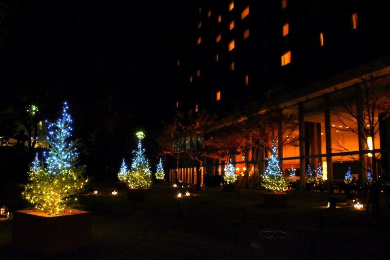 그랜드프린스호텔 신타카나와의 크리스마스 일루미네이션. 오른쪽 빌딩은 타카나와 프린스호텔