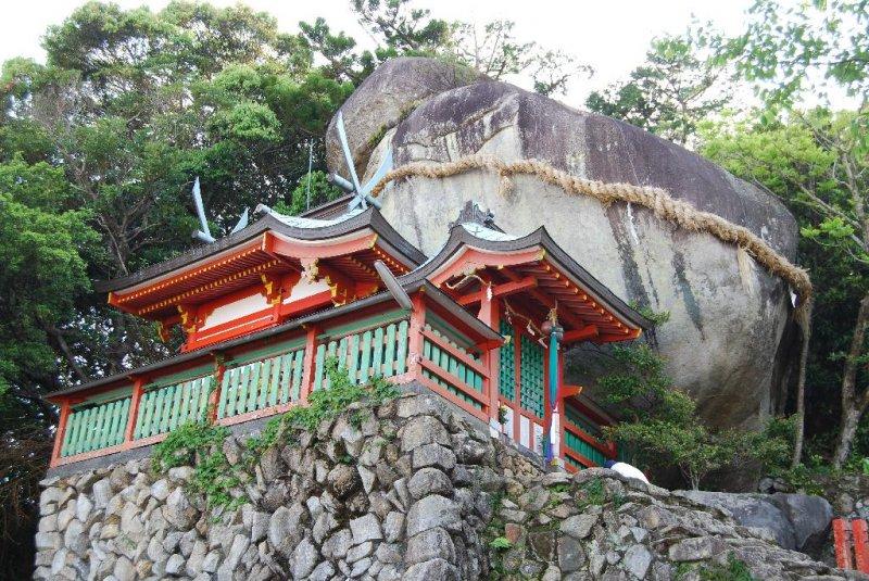 Gotobiki Rock - Residence of a kami-sama high up a cliff overlooking Shingu City.