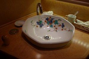 อ่างล้างมือในห้องน้ำในรถไฟ  ภาพวาดโดยผู้ออกแบบชั้นนำ
