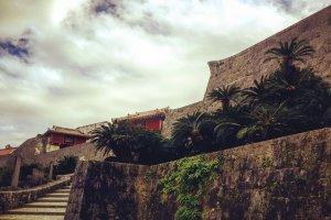 Стены замка Сюри - бывшей королевской резиденции