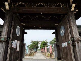 Nhìn ra ngoài từ cổng chính của miếu thờ