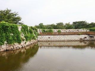 Meski tak lagi di samping laut, di masa lalu kapalbisa berlayar dari dermaga yang terletak di dasar benteng.