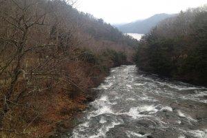 """Aliran sungai turun bukit menuju Danau Chuzenji. Pemandangan menakjubkan ini dapat dilihat di bagian akhir dari jalur """"Ryuzu Cascade Terraces""""."""