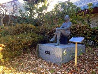 図書室への道で座っている女性の銅像が観られます