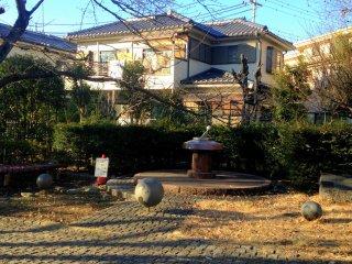 入り口から近隣住宅が見えます