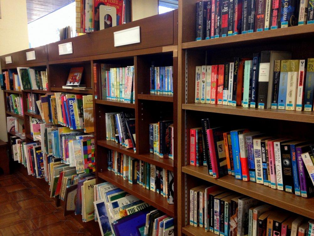 この棚全部が外国語(英語含む)の本の棚です