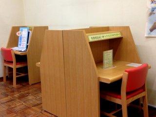 勉強したい人や、ただ本を読みたい人、本を楽しみたいだけの人用の机