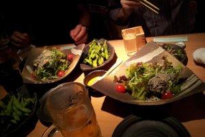 不是所有的东西都是油炸的:色拉,Shirasu,啤酒,豌豆等等。