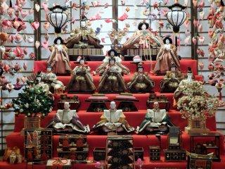 มีการจัดแสดงเชือกประดับและตุ๊กตาฮินะโบราณหลายร้อยตัว