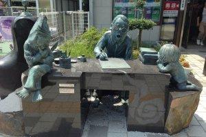 Статуя Мидзуки Сигэру с Китаро и пареньком-крысой