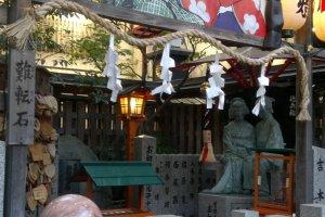 Area penghormatan Ohatsu dan kekasihnya Tokubei, dimana sebuah patung perunggu dari keduanya diletakkan. Patung ini diciptakan setelah Tsuyu no Tenjinja mendapatkan donasi sebesar 1 juta yen