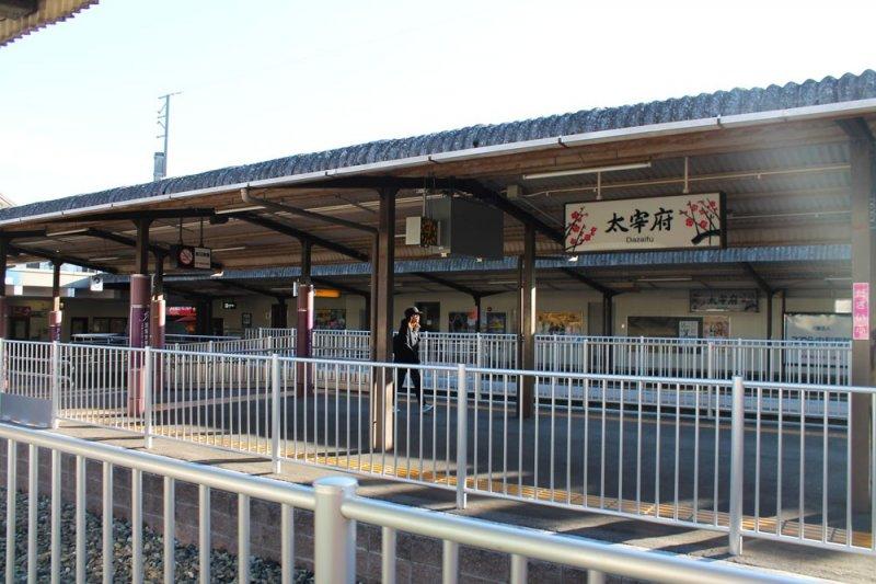 니시테츠 역에서 다자이후 역까지 약 30분 정도 소요되며 텐진 오무타선에서 다자이후 선으로 변경