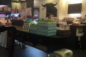 Tumpukan berkotak-kotak kue