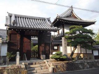 Le portique d'entrée du temple