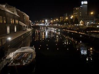 Lampu berkelap-kelip dan menari di sepanjang kanal