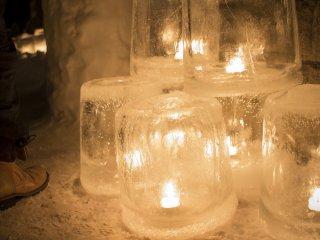 Lilin terbungkus es, menerangi jalan