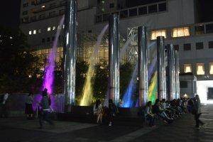 Air mancur yang berwarna-warni di depan Umeda Sky Building