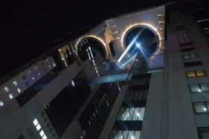 Umeda Sky Building tampak dari bawah