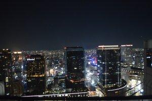 Pemandangan malam kota Osaka dari ketinggian