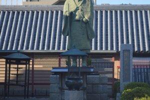 Patung di sekitar kuil