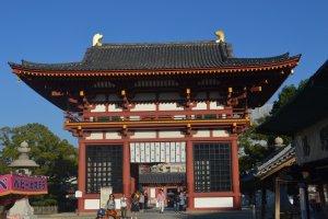 Gokuraku-mon, gerbang masuk kuil di sebelah barat