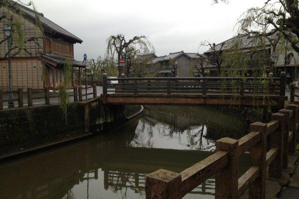 Sawara, jembatan, kanal, dan bangunan kayu. Suasana ala Edo masa lalu terasa begitu kuat di area ini!