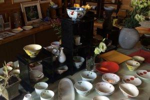 Khu vực lưu niệm nhỏ với các đĩa và bát địa phương để bán