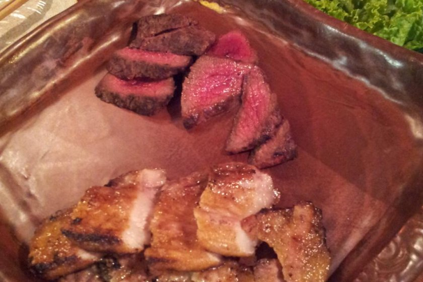 特色豬肉和鹿肉燒烤