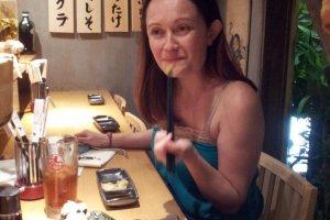 一般的な寿司屋風だが、壁の肉メニューに注目。